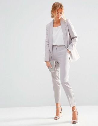 Comment porter: blazer gris, débardeur en soie blanc, pantalon de costume gris, sandales à talons en cuir argentées