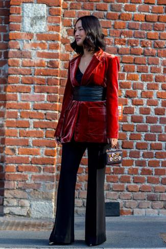 Ce combo d'un blazer en velours rouge et d'une pochette en cuir ornée noire femmes Fendi te permettra de garder un style propre et simple en dehors des horaires de bureau. Jouez la carte classique pour les chaussures et assortis cette tenue avec une paire de des bottines en cuir noires.