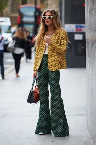 Comment porter: blazer à fleurs jaune, débardeur blanc, pantalon flare à fleurs vert foncé, escarpins en cuir blancs