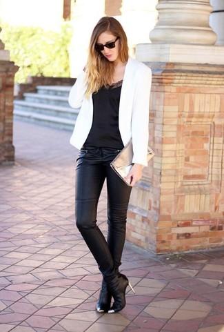 Comment porter: blazer blanc, débardeur en soie noir, pantalon slim noir, bottines en cuir noires