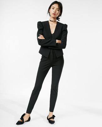 Comment porter: blazer noir, débardeur noir, pantalon slim noir, ballerines en daim noires