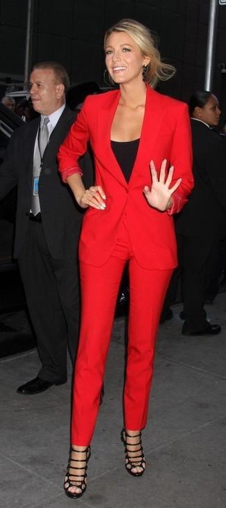 Comment porter: blazer rouge, débardeur noir, pantalon slim rouge, sandales spartiates en cuir noires