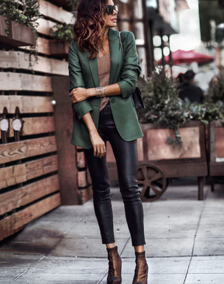 Comment porter: blazer vert foncé, débardeur marron, pantalon slim en cuir noir, bottines élastiques marron foncé
