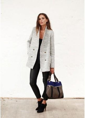 Un blazer en laine gris et un pantalon slim en cuir noir sont un choix de tenue idéale à avoir dans ton arsenal. Assortis ce look avec une paire de des bottines en daim noires.
