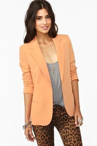 Comment porter: blazer orange, débardeur gris, pantalon slim imprimé léopard marron clair, ceinture en cuir noire