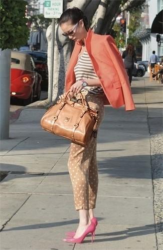 Comment porter: blazer orange, débardeur à rayures horizontales marron, pantalon slim á pois marron clair, escarpins en cuir fuchsia