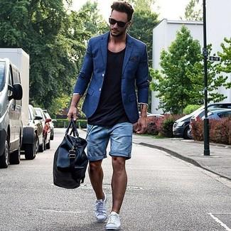 Comment porter: blazer bleu, débardeur noir, short en denim bleu, baskets basses blanches