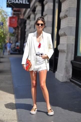 Comment porter: blazer blanc, débardeur blanc, short en denim blanc, sandales plates en cuir dorées