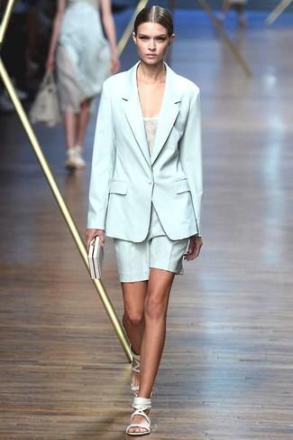 Comment porter: blazer vert menthe, débardeur blanc, short vert menthe, sandales plates en cuir blanches