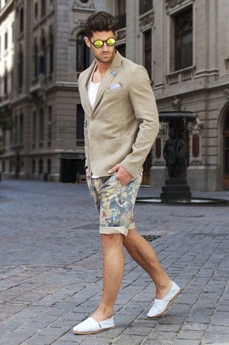 Comment porter: blazer beige, débardeur blanc, short à fleurs beige, espadrilles en toile blanches