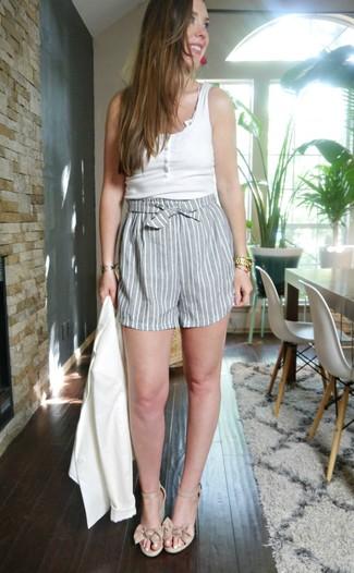 Comment porter: blazer blanc, débardeur blanc, short à rayures verticales gris, sandales compensées en cuir beiges