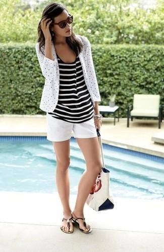 Comment porter: blazer á pois blanc et noir, débardeur à rayures horizontales noir et blanc, short blanc, tongs en cuir marron foncé