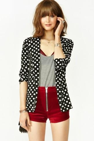 Comment porter un short en velours bordeaux: Pense à opter pour un blazer á pois noir et blanc et un short en velours bordeaux pour une tenue idéale le week-end.