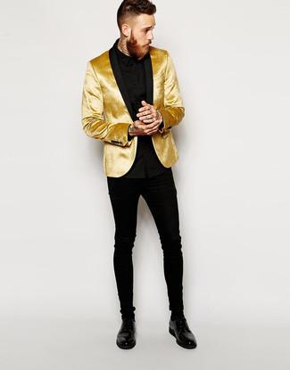 Comment porter: blazer en velours doré, chemise de ville noire, jean skinny noir, chaussures derby en cuir noires