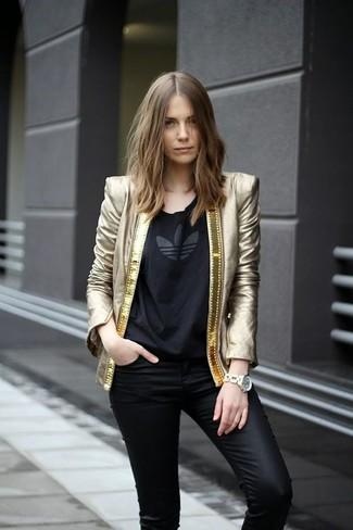 Comment porter: blazer doré, t-shirt à col rond imprimé noir, jean skinny en cuir noir