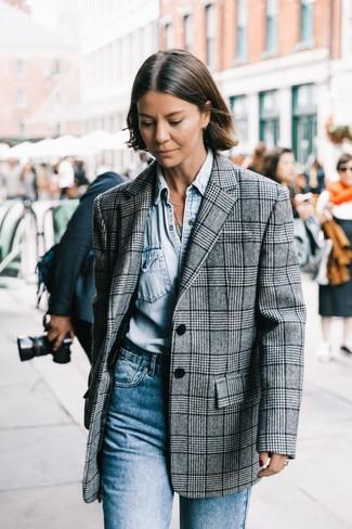 Comment porter: blazer écossais gris, chemise en jean bleu clair, jean bleu
