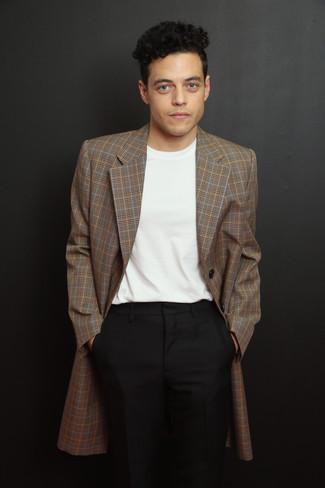 Comment porter: blazer écossais marron, t-shirt à col rond blanc, pantalon de costume noir