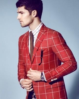 Comment porter: blazer écossais rouge, chemise à manches longues écossaise blanc et rouge et bleu marine, cravate en tricot marron