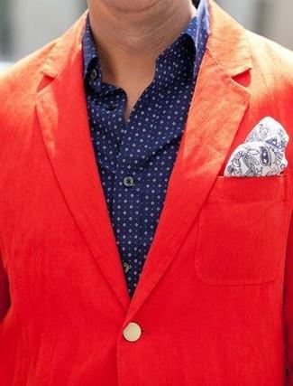 Comment porter: blazer en coton rouge, chemise à manches longues á pois bleu marine, pochette de costume imprimée cachemire blanc et bleu marine