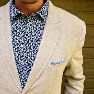 Comment porter: blazer en laine beige, chemise de ville à fleurs bleue, pochette de costume en vichy bleue