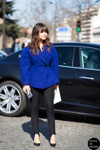 Tenue de Miroslava Duma: Blazer en laine bleu, Pantalon de costume noir, Escarpins en cuir noirs