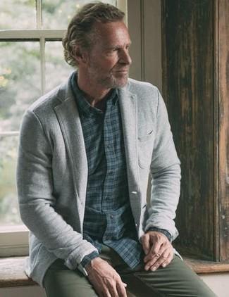 Comment porter: blazer en laine gris, chemise à manches longues en vichy bleu marine, pantalon chino olive