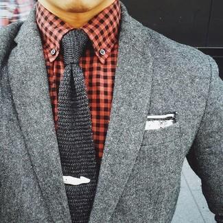 Comment porter: blazer en laine gris, chemise de ville en vichy rouge, cravate en tricot gris foncé