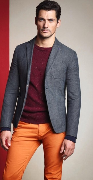 Tenue de David Gandy: Blazer en laine gris, Pull à col rond bordeaux, Pantalon chino orange