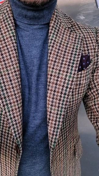 Comment porter: blazer en laine en pied-de-poule marron, pull à col roulé bleu marine, pochette de costume á pois bordeaux