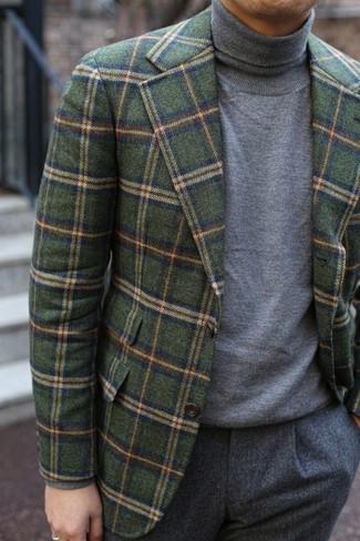 Comment porter un blazer en laine à carreaux vert foncé: Marie un blazer en laine à carreaux vert foncé avec un pantalon de costume en laine gris pour une silhouette classique et raffinée.