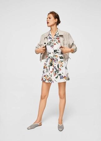 Comment porter: blazer en lin beige, robe chemise à fleurs blanche, slippers en cuir découpés blancs