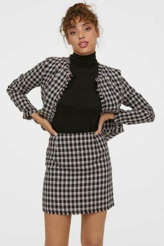 Comment porter: blazer en pied-de-poule blanc et noir, pull à col roulé noir, minijupe en pied-de-poule blanche et noire