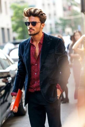 Comment porter: blazer en velours bleu marine, chemise de ville imprimée rouge, pantalon de costume gris foncé
