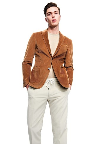Comment porter: blazer en velours côtelé tabac, pull à col rond beige, pantalon de costume en velours côtelé beige