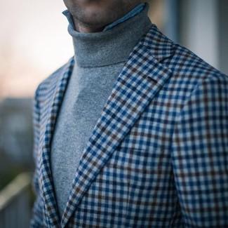 Comment porter: blazer en vichy bleu, pull à col roulé gris, chemise en jean bleu clair