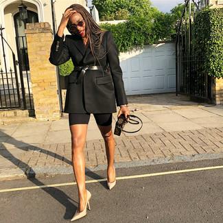 Comment porter: blazer noir, escarpins en satin beiges, pochette en cuir imprimée marron foncé, ceinture serre-taille en cuir noire