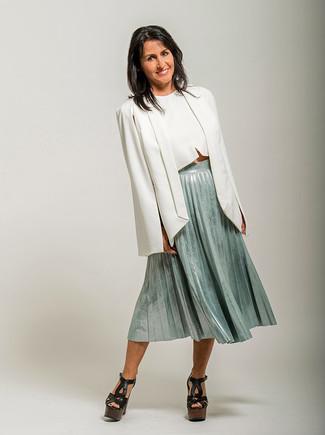 Comment porter: blazer façon cape blanc, top court blanc, jupe mi-longue plissée vert menthe, sandales à talons en cuir épaisses noires