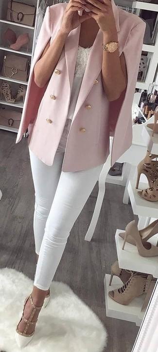 Comment porter un blazer façon cape rose: Associe un blazer façon cape rose avec un jean skinny blanc pour un look de tous les jours facile à porter. Une paire de des escarpins en cuir à clous blancs s'intégrera de manière fluide à une grande variété de tenues.