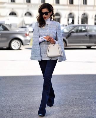 Comment porter: blazer façon cape bleu clair, pull à col roulé blanc, pantalon flare bleu marine, escarpins en cuir bleus