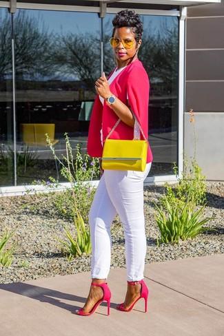 Comment porter un jean: Opte pour un blazer façon cape fuchsia avec un jean pour achever un style chic et glamour. Cet ensemble est parfait avec une paire de des sandales à talons en cuir fuchsia.