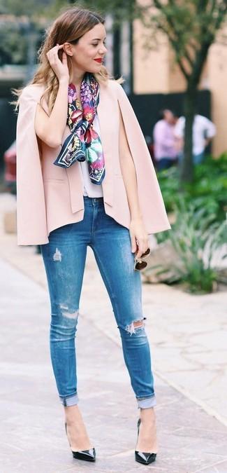 Comment porter un pantalon: Pense à marier un blazer façon cape rose avec un pantalon pour une tenue confortable aussi composée avec goût. Une paire de des escarpins en cuir noirs s'intégrera de manière fluide à une grande variété de tenues.
