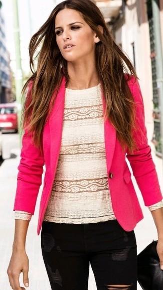 Comment porter: blazer fuchsia, chemisier à manches longues en dentelle blanc, jean skinny déchiré noir, pochette en cuir noire
