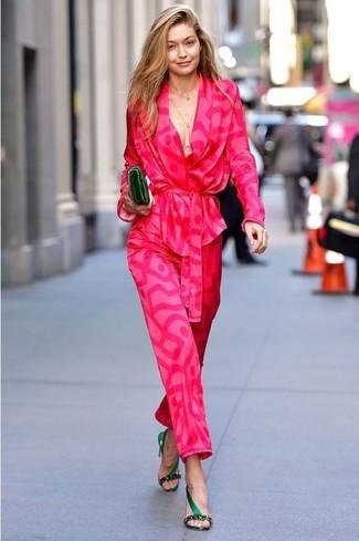 Pense à porter un blazer imprimé fuchsia et une pochette en cuir olive pour affronter sans effort les défis que la journée te réserve. D'une humeur créatrice? Assortis ta tenue avec une paire de des sandales à talons en satin vert foncé.