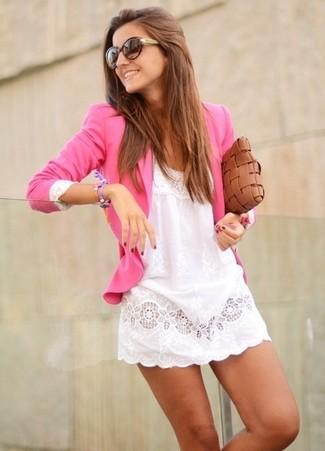 Comment porter: blazer fuchsia, robe décontractée en dentelle blanche, pochette en cuir tressée marron, lunettes de soleil marron foncé
