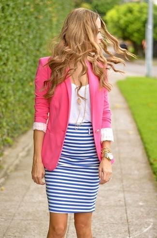 Comment porter: blazer fuchsia, t-shirt à col rond blanc, jupe crayon à rayures horizontales blanc et bleu