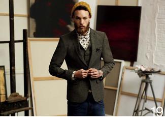 Comment porter: blazer en laine gris foncé, gilet en laine gris foncé, chemise à manches longues imprimée blanche, jean bleu marine