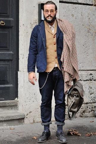 Comment porter: blazer en laine bleu marine, gilet en laine marron clair, chemise à manches longues beige, jean bleu marine