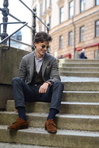 Comment porter: blazer en laine gris, gilet en tricot noir, chemise à manches longues à rayures verticales bleu clair, pantalon chino bleu marine