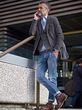 Comment porter: blazer en laine gris foncé, gilet en vichy marron, chemise à manches longues en chambray bleu clair, jean bleu