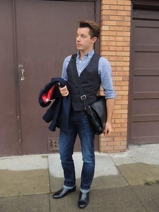 Comment porter une besace en cuir noire: Essaie d'harmoniser un blazer bleu marine avec une besace en cuir noire pour une tenue idéale le week-end. Jouez la carte classique pour les chaussures et assortis cette tenue avec une paire de des bottines chelsea en cuir noires.